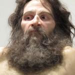 Scultura iperrealistica di un uomo selvaggio
