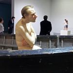 Scultura di uomo nudo seduto in barca